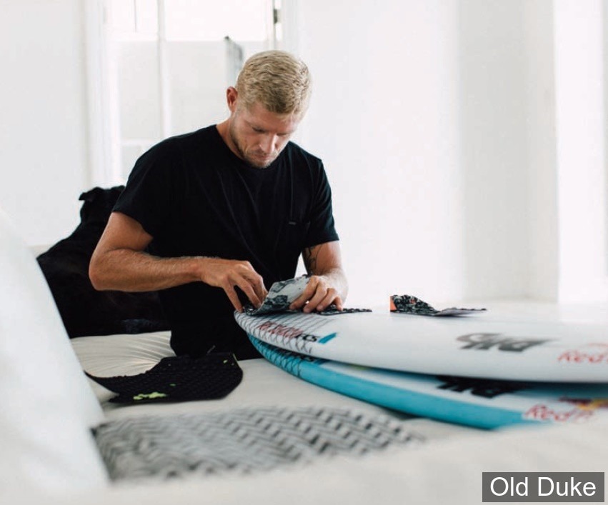 "PAD / GRIP SURF - 3 PIECES - ARCHE CENTRALE - CREATURES OF LEASURE - 320 x 320 - MICK ""EUGENE"" FANNING signature - NOIR/ JAUNE"